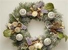 I do věnce zdobeného přírodními materiály můžete zakomponovat módní fialovou  - v podobě sušených fialových květů.
