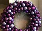 Adventní a vánoční věnec v letošní módní fialové odvážně kombinuje přřírodní rostlinný materiál a lesklé skleněné kouličky různých velikostí.