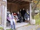Panenky v životní velikosti obsadily vesnické lavičky i autobusovou zastávku.