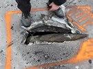 Čtyřicetikilový granát uvázlý ve střeše muničního skladu ve Vrběticích. Kvůli jeho vyproštění se evakuovalo téměř dva tisíce lidí.