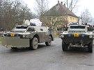 Obrněné transportéry policie, které dovezly pyrotechniky k muničnímu skladu číslo jedenáct u Vrbětic, v jehož střeše uvázl dělostřelecký granát.