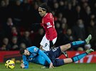 PÁD A SPRINT. Radamel Falcao z Manchesteru United uniká po souboji s Markem Wilsonem ze Stoke.