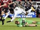 ŠIPKA. Wilfried Bony ze Swansea skáče přes brankáře Queens Park Rangers Roberta Greena.