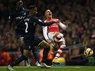 NAKOPNUTÝ. Alexis Sanchez z Arsenalu padá po zákroku Nathaniela Clyneho ze Southamptonu.