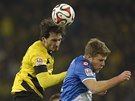 Mats Hummels (vlevo) z Dortmundu vyhrál hlavičkový souboj se Svenem Schipplockem z Hoffenheimu.