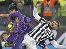 BOJOVNOST. David Pizarro (vlevo) krade míč, na který se ještě snaží dosáhnout Fernando Llorente z Juventusu Turín.