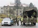 K bývalým Vlárským strojírnám přijelo auto plné vojáků, na dalším postupu se domlouvali s policisty.