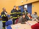 Při evakuaci místních obyvatel do sokolovny ve Slavičíně pomáhali i dobrovolní hasiči.