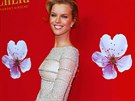 Supermodelka Eva Herzigová ve večerních šatech z haute couture kolekce Ralph & Russo podzim-zima 2014/2015 se třpytivou výšivkou a bílou šifonovou sukní