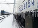 ZAMRZL� EXPRES LANDEK. Kv�li ledovce z�stal expres 144 (vpravo) zasekl� ve stanici Drahotu�e stejn� jako dal�� osobn� vlak. Cestuj�c� uv�znil na 17 hodin.