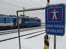 ZAMRZLÝ EXPRES LANDEK. Kvůli ledovce zůstal expres 144 (vpravo) zaseklý ve stanici Drahotuše stejně jako další osobní vlak. Cestující uvěznil na 17 hodin.