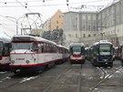 U� t�et� den v Olomouci stoj� tramvaje, zam�stnanci dopravn�ho podniku se sna�� mechanicky odstranit led z trolej�. Na pomoc jim vyr�� posily z Ostravy.