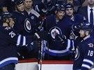 Hokejisté Winnipegu slaví gól. Vpravo nahoře Michael Frolík.