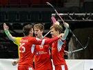 Čeští florbalisté se radují z gólu během utkání s Norskem.