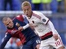 Keisuke Honda (vpravo) z AC Milán si kryje míč před Lukou Antonellim z FC Janov.