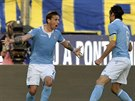 Stefano Mauri (vpravo) a Lucas Rodrigo Biglia oslavují gól Lazia Řím.