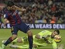 Luis Suárez z FC Barcelona se pokouší vybojovat míč na Kikovi Casillovi, brankáři Espaňolu.