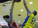 Ústecký basketbalista Luboš Pecka (vpravo) se pokouší překonat pardubického Davida Škrance.