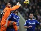 Brankář Newcastlu Jak Alnwick (v oranžovém) boxuje míč do bezpečí před dotírajícím Diegem Costou (uprostřed) z Chelsea.