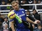 PROJDE MI TO? Paul Dummet z Newcastlu se snaží odehrát míč, v kleštích se ocitl Branislav Ivanovič z Chelsea (vpředu).