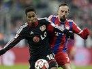 Franck Ribéry (vpravo) z Bayernu Mnichov nahání Wendella z Leverkusenu.