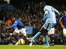 Yaya Tour� z Manchesteru City prom��uje penaltu proti Evertonu.