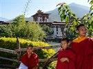 Mladí mniši před klášterem v Punakha