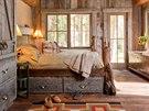 Místnosti jsou zařízené na míru vyrobeným nábytkem z masivu z vytěženého dřeva v okolí.