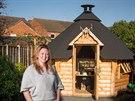 Kathryn Minchewov� si postavila na zahrad� za domem grilovac� srub.