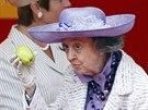 Bývalá belgická královna Fabiola po vyhrůžkách anonyma, že ji zastřelí kuší, zapózovala s jablkem jako správným terčem pro kuši (Brusel, 21. července 2009)