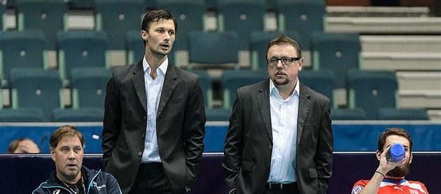 Nervózn� postává trenérská dvojice Cepek (vlevo), Skru�ný.