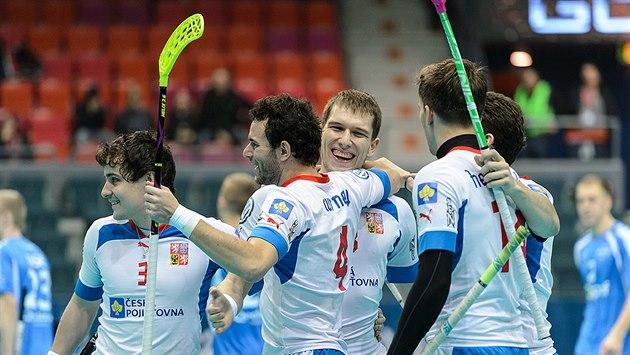�e�tí florbalisté oslavují gól proti Estonsku.