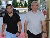 Bývalý hokejista Leo Gudas (vpravo) přichází se synem Radkem, který teď válí v NHL za Tampu, na vyhlášení ankety Zlatá hokejka.