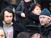 Posledn�ho rozlou�en� s Lenkou Zogatovou se z��astnili i zn�m� osobnosti. Na sn�mku vlevo herec Pavel Li�ka.