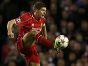 OPORA TÝMU. Kapitán Liverpoolu Steven Gerrard v zápase proti Basileji.