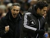 VÝBORNĚ, HOŠI! Trenér fotbalistů Basileje Paulo Sousa (vlevo) se raduje z gólu svého týmu v zápase proti Liverpoolu.