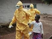 Devítiletou dívku z vesnice asi 45 kilometrů severně od liberijské metropole Monrovia odvádějí zdravotníci poté, co se u ní projevily příznaky eboly (30. září 2014).