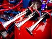 Původní dvoutaktní motor Wartburgu je dnes k nepoznání. Zdobí například tři chromované klaksony.