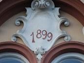 Na fasádě Hotelu Praha v Novém Jičíně nechybí ani letopočet otevření.