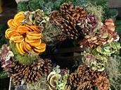 Na vánoční výzdobu v přírodním stylu využijete šišky, sušené plátky citrusů i sušené květy hortenzice. Nebojte se experimentovat, ale s citem.