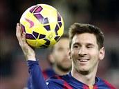 Lionel Messi z FC Barcelona si bere míč, kterým zaznamenal hattrick v derby proti Espaňolu.