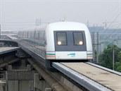 Šanghaj (Čína). Nejrychlejší trasa světa, to je letištní linka Maglev v Šanghaji, která právě letos slaví 10 let od uvedení do pravidelného provozu. Dosahuje cestovní rychlosti až 430 km/h. Je to však ještě železnice? Maglev ve skutečnosti nejezdí po kolejích, nýbrž levituje nad tratí díky odpudivým účinkům magnetického pole.