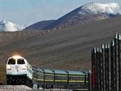 Peking � Lhasa (��na). Nejvy��� �eleznice sv�ta stoup� do v�ky 5 072 metr� nad mo�em. Od roku 2006 spojuje ��nu s Tibetem. Vagony na trase do Lhasy jsou p�etlakov� (podobn� jako kabiny letadel) pro udr�en� �b�n� atmosf�ry� a jsou vybaveny kysl�kov�mi maskami. P��m� vlaky z Pekingu vyj�d�j� ka�d� ve�er a t�et� den odpoledne � po 45 hodin�ch � jste ve Lhase.