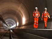 Gotthard (�v�carsko). Nejdel�� tunel planety m��� 57 km a najdete ho pod gotthardsk�m masivem ve �v�carsk�ch Alp�ch na trati z Curychu do Mil�na. Je�t� se j�m nesvezete, a�koli je u� p�r let prora�en� v cel� d�lce, zah�jen� pravideln�ho provozu se p�edpokl�d� na podzim 2016, j�zdn� doba na trase se pot� zkr�t� ze 4 hodin pod 3.