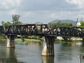 Kwai (Thajsko). Nejproslulej�� viadukt sv�ta stoj� v Thajsku nedaleko Kanchanaburi. Legend�rn� most p�es �eku Kwai, dlouh� 346 metr�, proslavil jak kni�n� bestseller, tak multioscarov� film. Stav�l se za v�lky na p�vodn� trati z Bangkoku do barmsk�ho Rang�nu, dodnes zn�m� jako �eleznice smrti � drsn� pr�ce pod knutou Japonc� st�ly �ivot v�c ne� 100 000 lid�.