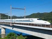 Šinkanzen (Japonsko). Nejpřesnější vlaky světa najdete v Japonsku. Expresy šinkanzen letos slaví 50 let od zahájení provozu bez jediné fatální nehody, navíc jsou obdivuhodně přesné: ve špičce jezdí i po pěti minutách (jako pražské tramvaje!) a jízdní řád, rozpočítaný na vteřiny, hlídají zřízenci v bílých rukavičkách, kteří v případě potřeby pěchují pasažéry do vagonů.