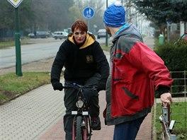 Přehozená cyklostezka a chodník v jedné z hodonínských ulic.