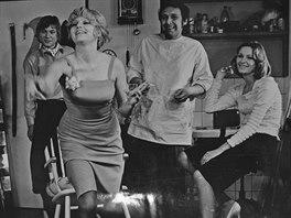 Hana Prymusová (v popředí) ve filmu Ohnivé křižovatky z roku 1974.