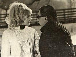 Hana Prymusová s Milošem Kopeckým v hořké komedii Já, truchlivý bůh podle povídky Milana Kundery. Snímek měl v kinech premiéru v říjnu roku 1969.