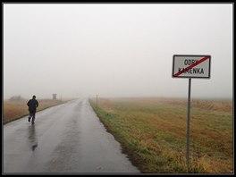 Parťák Jarda - zatím netušící, že celá trasa nemá slibovaných maximálně 10, ale přes 16 kilometrů. A ač mlha jak u Rákosníčka, z té fotky na mě dýchá něco pozitivního